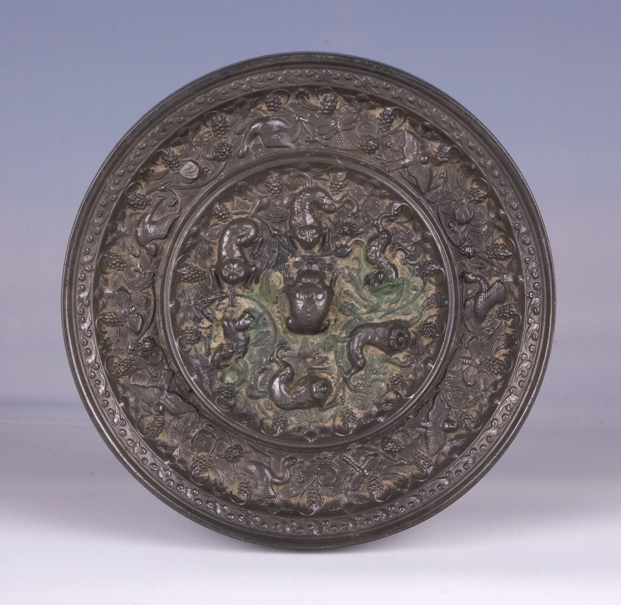 唐瑞兽葡萄纹铜镜1.jpg